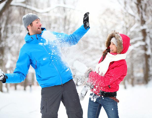 2-kids-snowball-fight